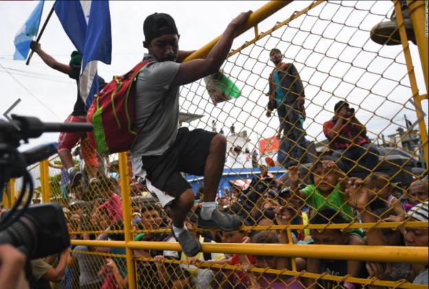 CaravanMigrantJumpFenceMexicoGuatemala19Oct2018