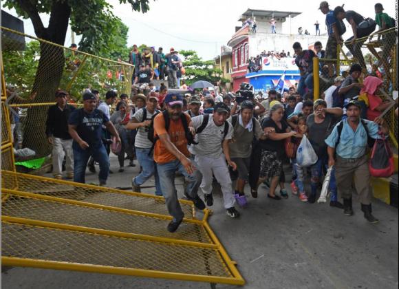 CaravanMigrantPushFenceMexicoGuatemala19Oct2018